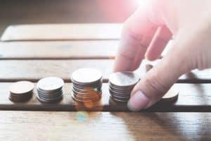 monedas apiladas para conseguir aumentar su volumen