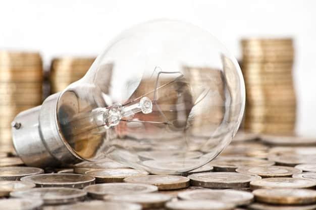 bombilla rodeada de monedas