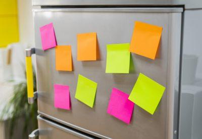notas-en-el-frigorífico-para-recordar-fecha-de-permanencia