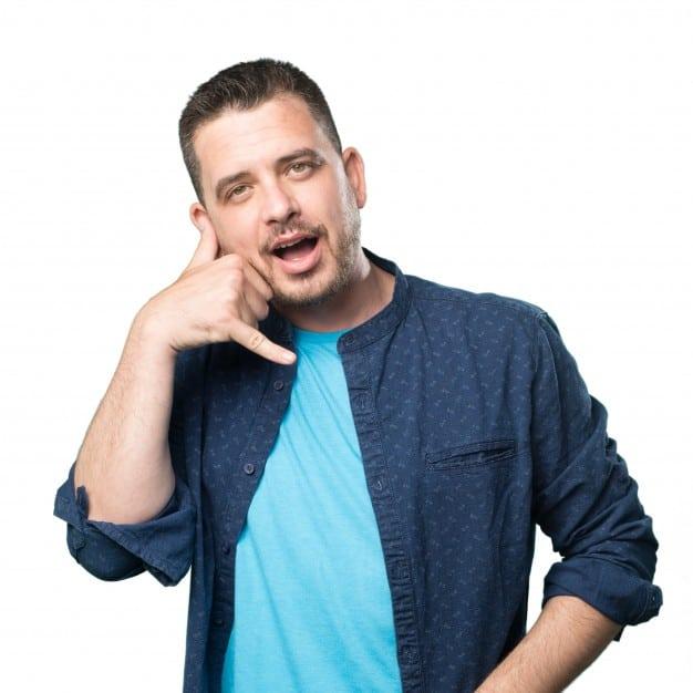 hombre con camisa azul que utiliza dedos haciendo gesto de llamada