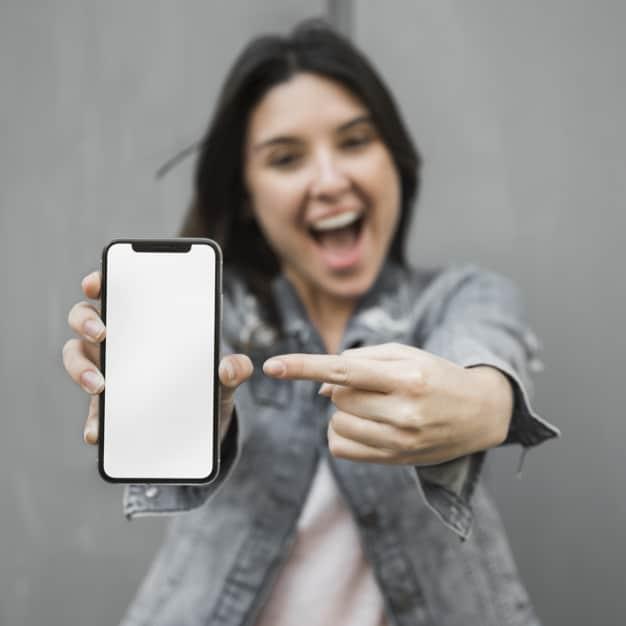 chica enseñando whatsapp en su telefono